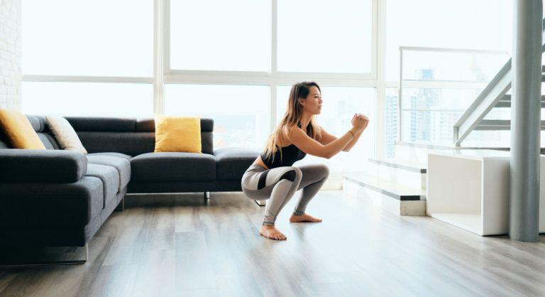 Γυμναζόμαστε στο σπίτι – Ασκήσεις για κορμό και πόδια
